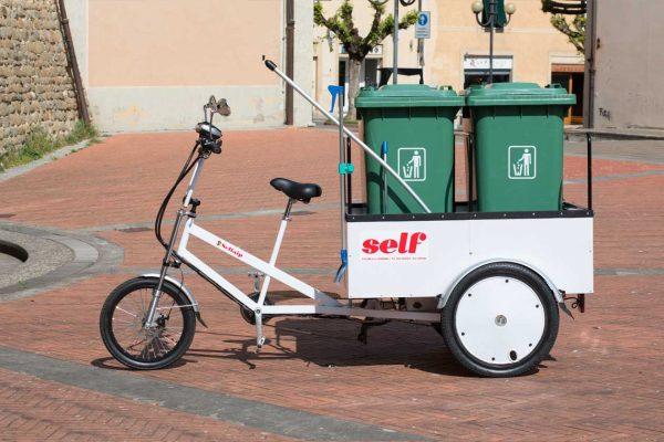 Triciclo pedalata assistita pulizia urbana